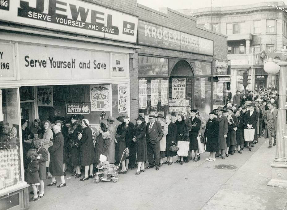 black-and-white-pic-history-black-friday-people-queue